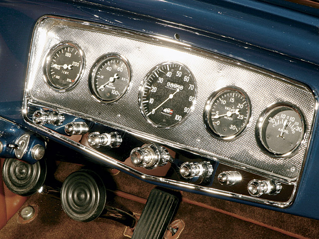 This Auburn panel, with 100-mph speedo, is from a straight-eight model; Auburn V-12s used 120-mph speedometers.