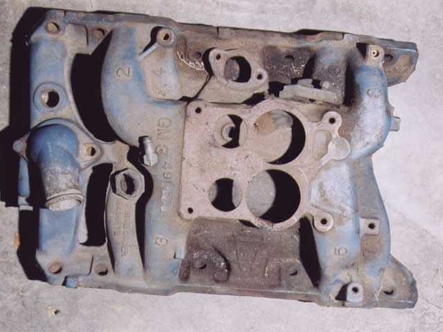 Intake manifolds also reflected the changeover to the second-typesystem. A typical first-type four-barrel manifold is shown on the top.Those used with the second-type (bottom) were first-type manifolds thatwere modified to accept a thermostatic vacuum fitting in the coolantcrossover. These manifolds had their first-type casting numbers groundoff and the second-type number stamped in its place.
