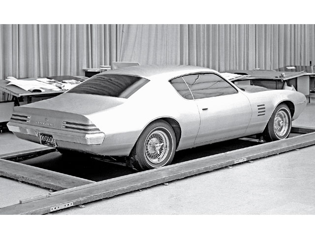 A rear shot of first Second-Gen clay model reveals clues of the production Firebird. But this design still features rear quarter windows. The taillamps and integrated rear spoiler are handsome, however. A rendering of this rear treatment can be seen in the background of the previous photo.