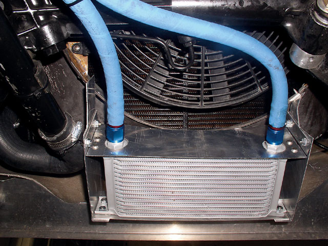 To keep the oil at optimal operating temperature, even under heavy loads, we added an oil cooler. The oil cooler is fed air from the oil cooler opening in the body.