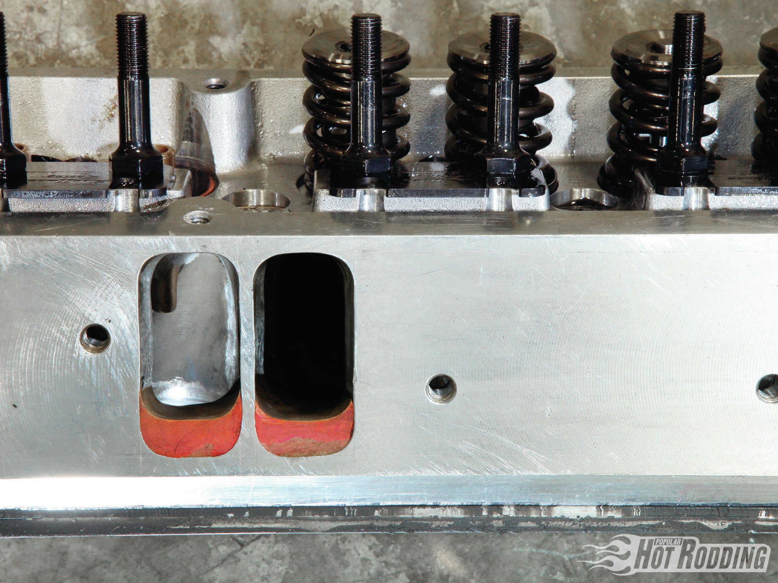 The extensively reworked cylinder heads feature significant filling on the intake port floor, looking to achieve the maximum flow from the smallest cross-section. The efficient port form delivers an impressive peak flow of 400 cfm.