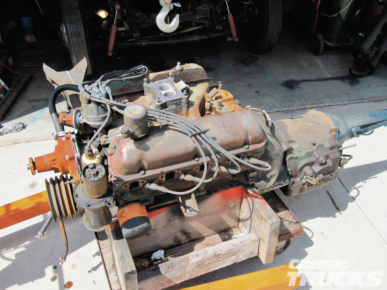 [07] After pulling the headers, radiator, hoses, very few wiring connections, and four engine and transmission mounting bolts, the engine was lifted up and out.