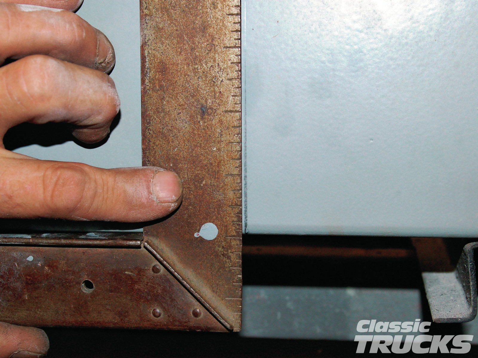 [02] With a square I transfer the line for the edge of the wheelwell to the outside of the bedside.