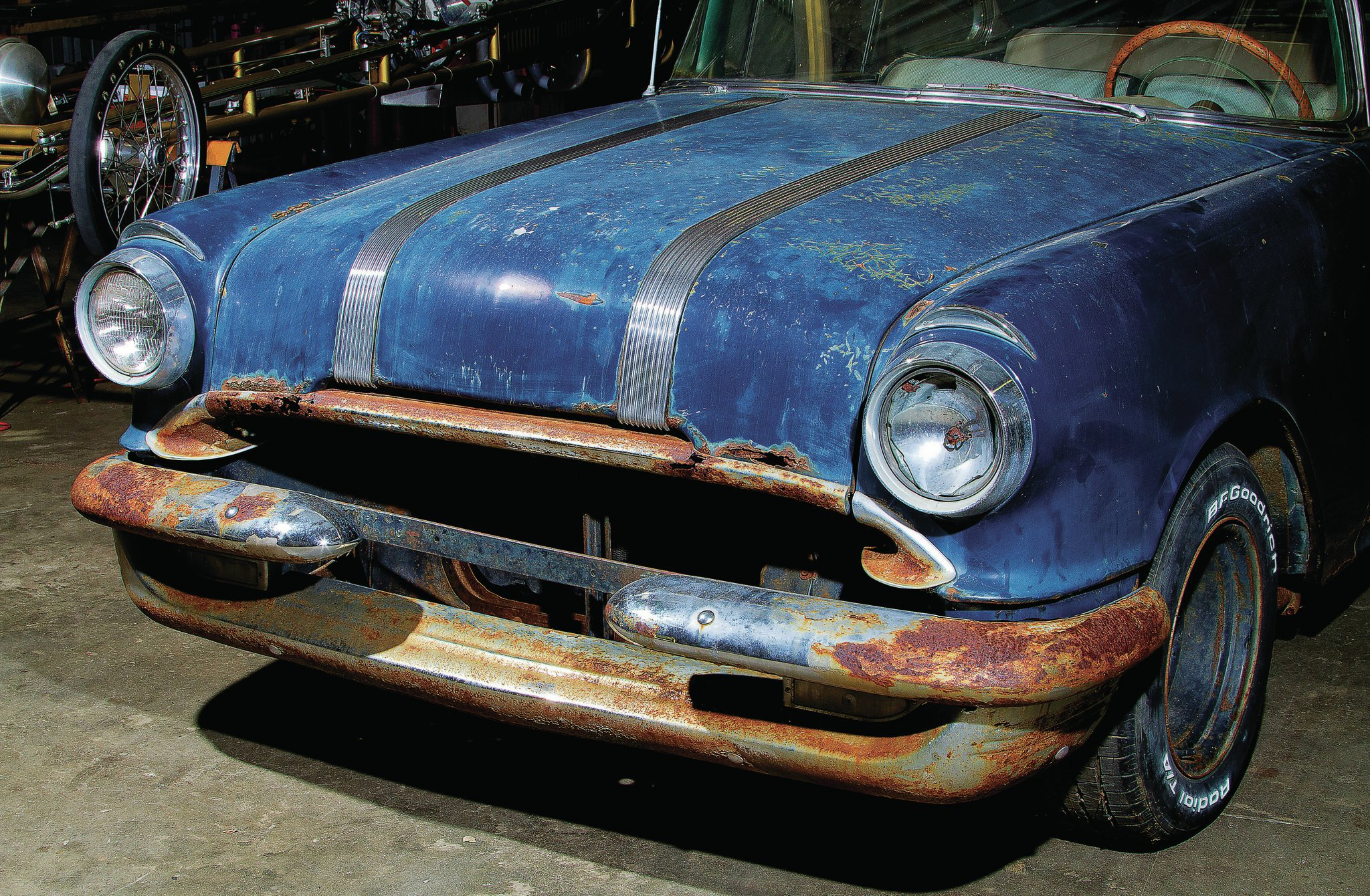 The Chieftain had its inner bumper recessed into the grille, connecting the two chrome bumper halves and improving airflow, which hints at the car's possible street/strip racing days.