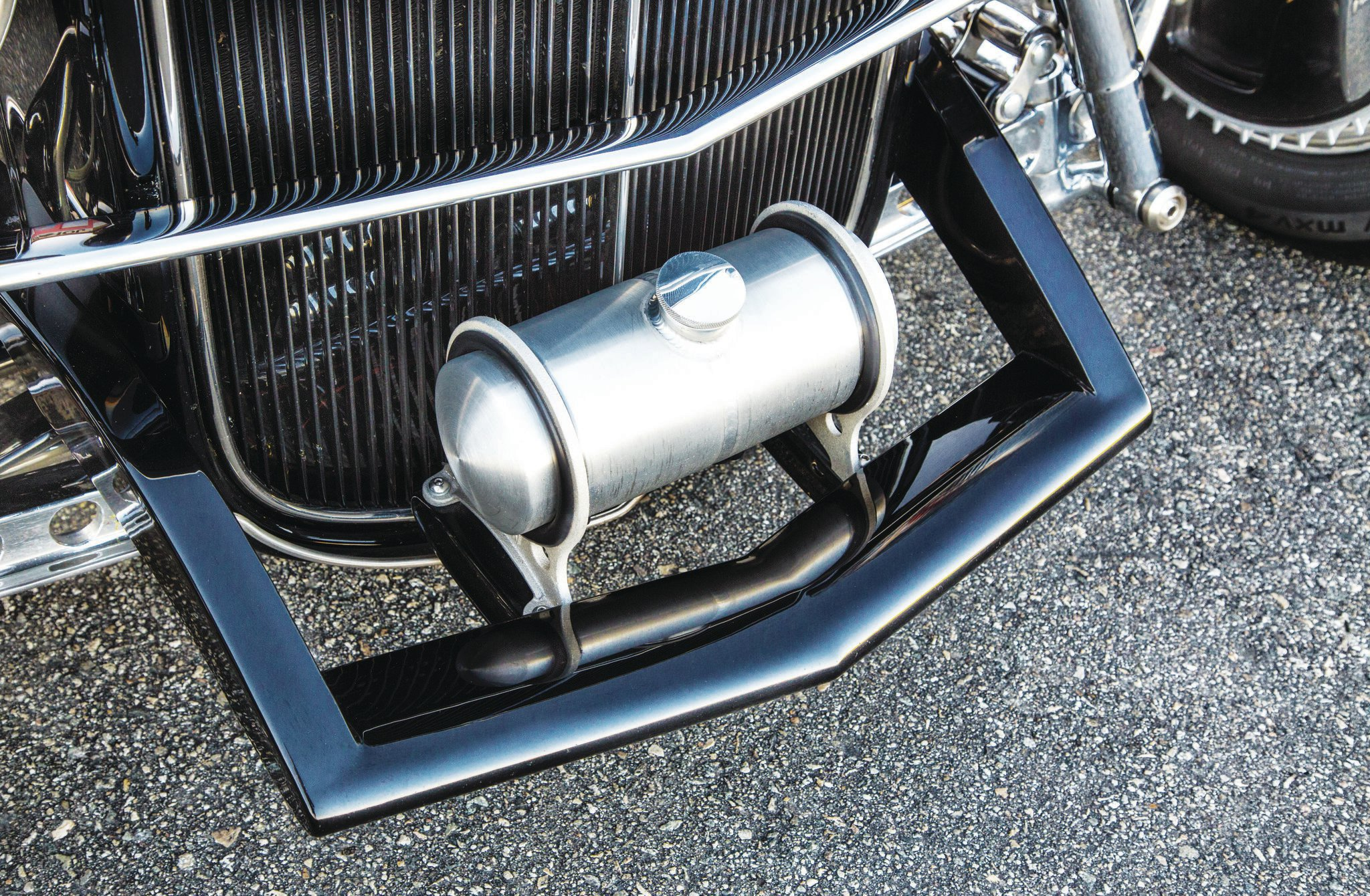 Moon made up this small version of its infamous Moon tank based on a Harley oil tank doing duty as a radiator overflow tank. The front cross tube has been molded into the shortened 1933–1934 frame horns. There are bugs in that grille!