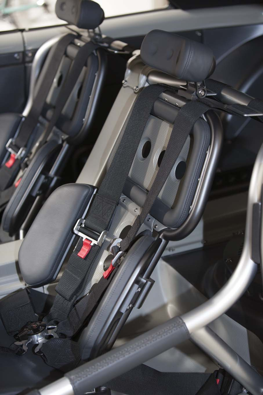 One-off seats with discontinuous pads are actually not uncomfortable for short driving sessions.