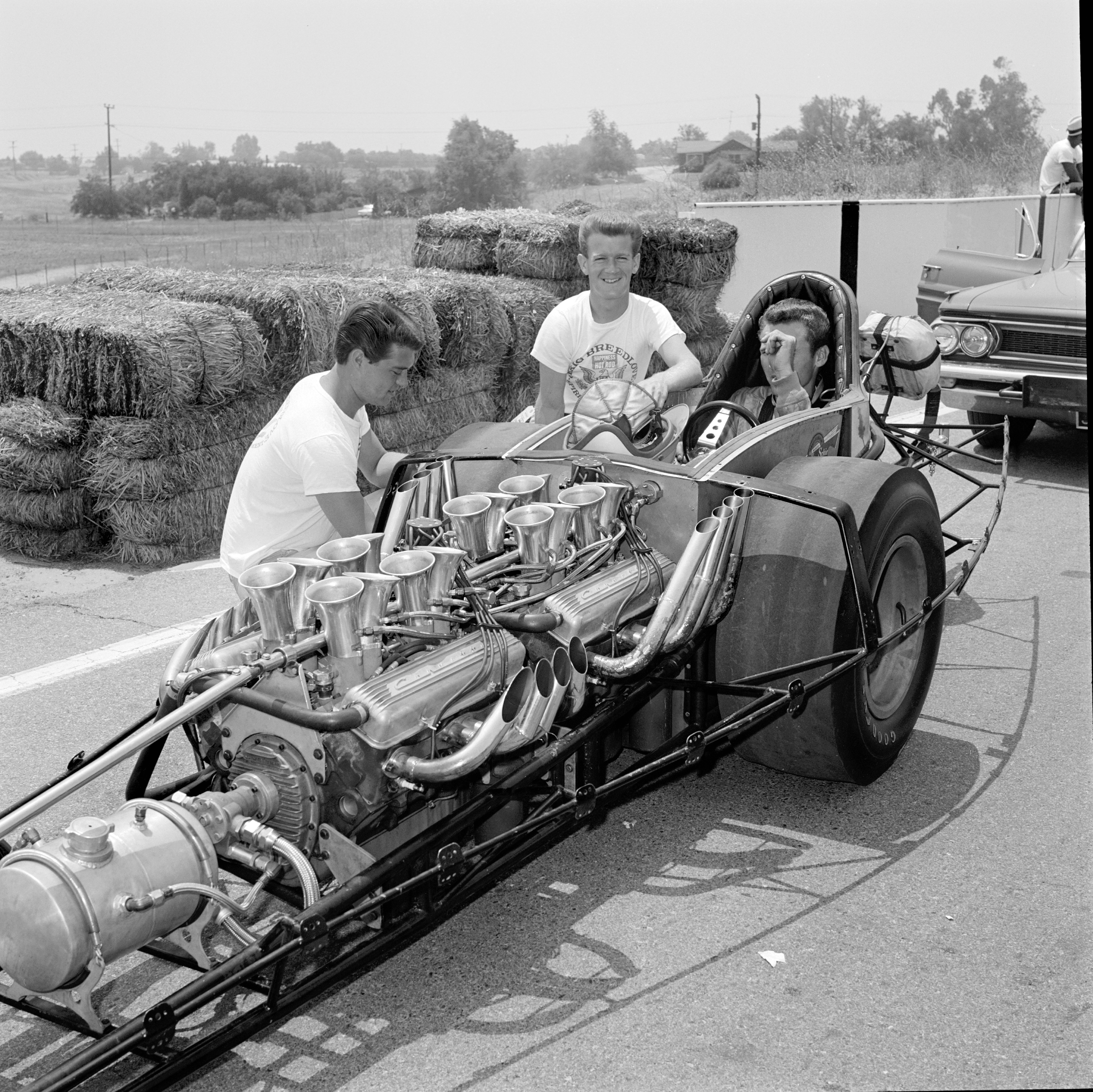 At Riverside's problem-plagued HOT ROD Championships, Nye Frank (left) was still eradicating vibrational bugs from his Pulsator, sans fiberglass shell, and missed Top Fuel's 32-car field. Bob Muravez noticed Eric Rickman's lens in time to preserve Floyd Lippencott Jr.'s secret identity. HRM's second-annual meet went downhill fast after Riverside Raceway's Christmas tree failed, forcing staggered, flag starts in handicapped eliminators.