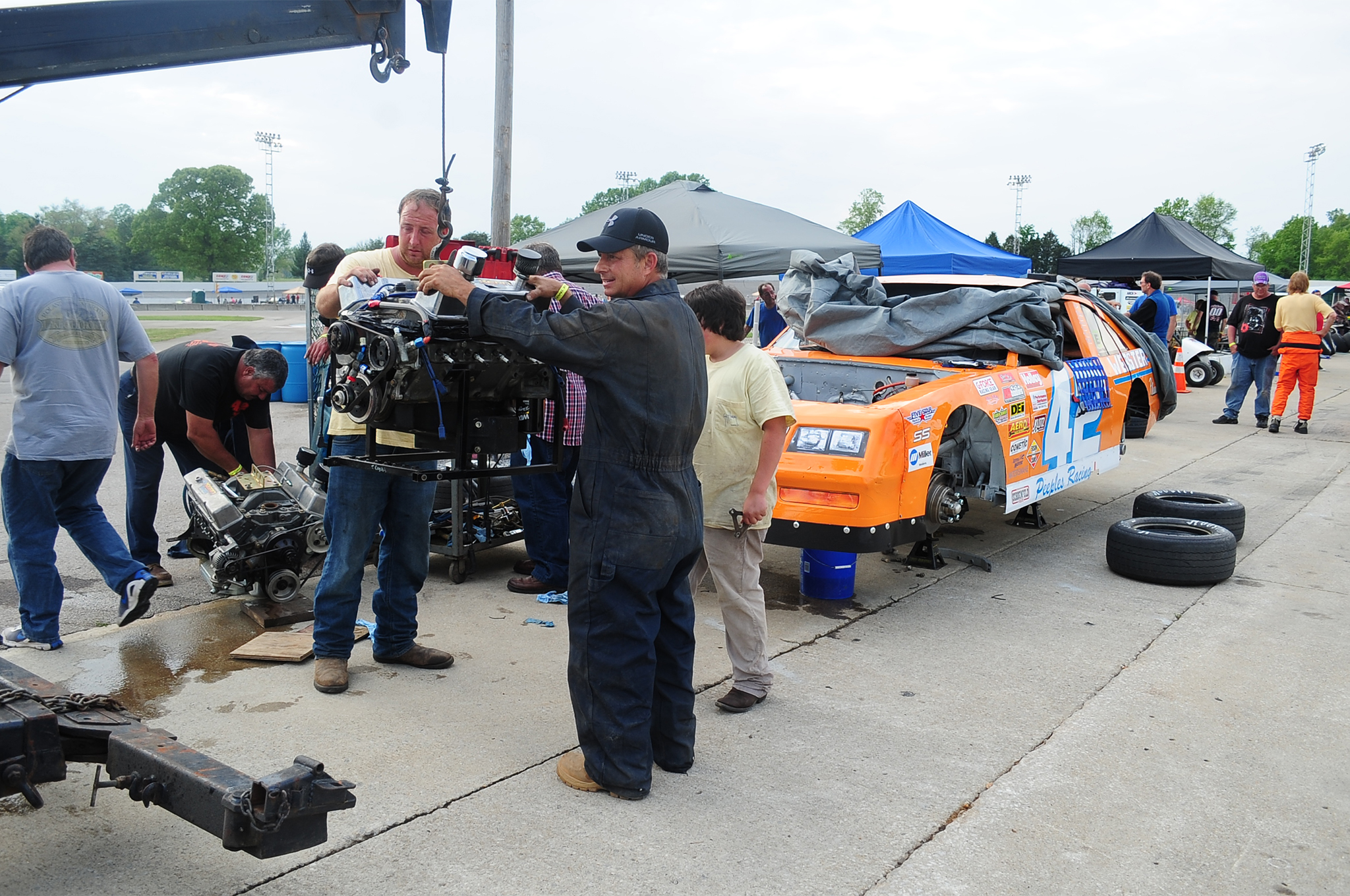 The story of the race had to be South Carolina's Curtis Peeples smoking a motor in practice, borrowing one from Salem's tech guy and having his crew swap engines during the afternoon, as you see here. He missed all of qualifying and the heat races but made the feature where he started dead last. He put on quite a show coming all the way through the field to lead for a time, before ultimately finishing Sixth.