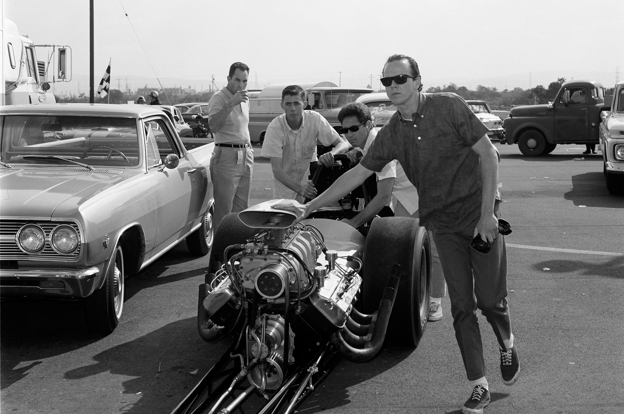 Skinner (in front) pushing the Surfers dragster. Driver Mike Sorokin just behind.