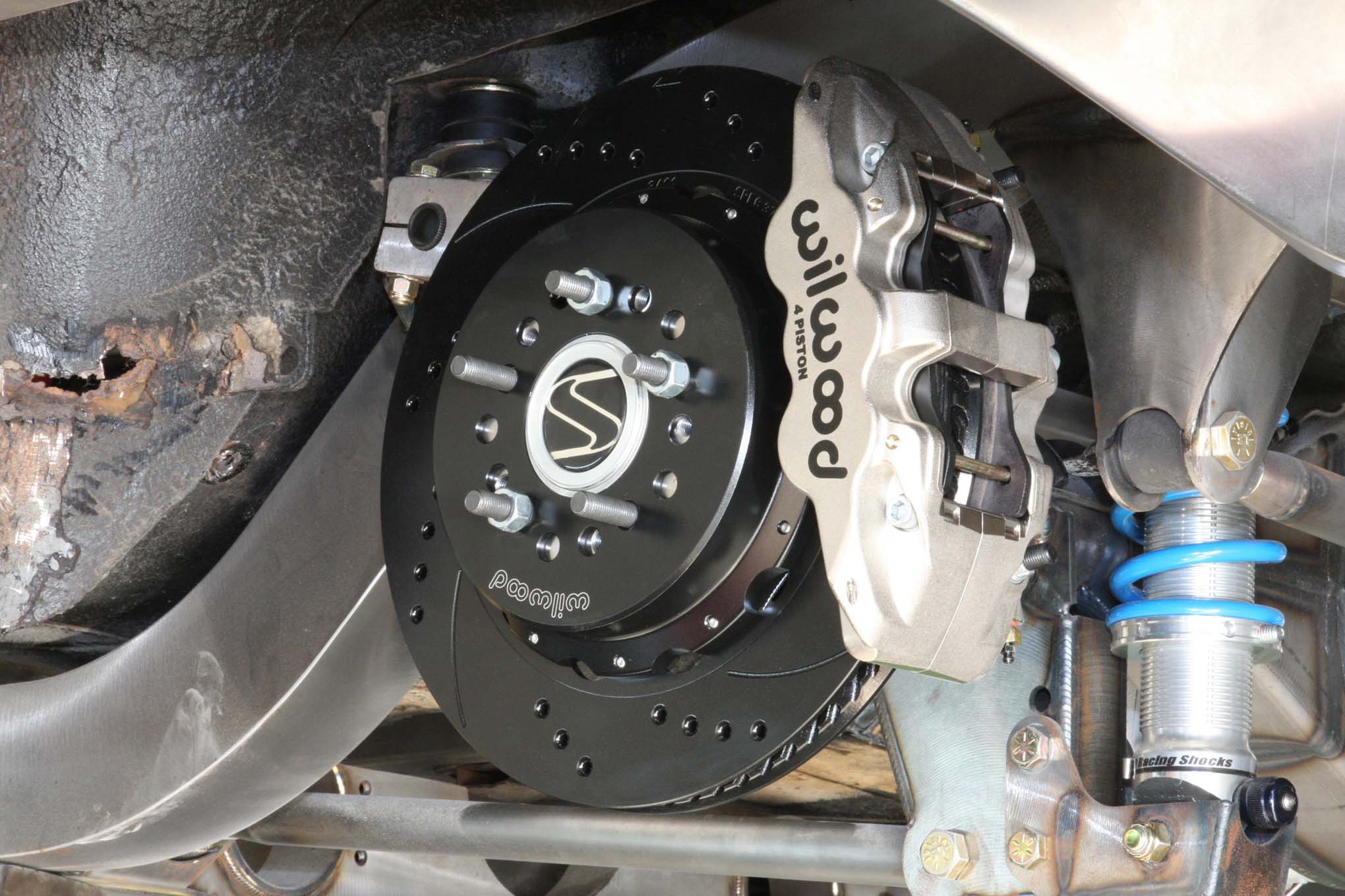 In the rear four-piston calipers with 12.88-inch discs are used.