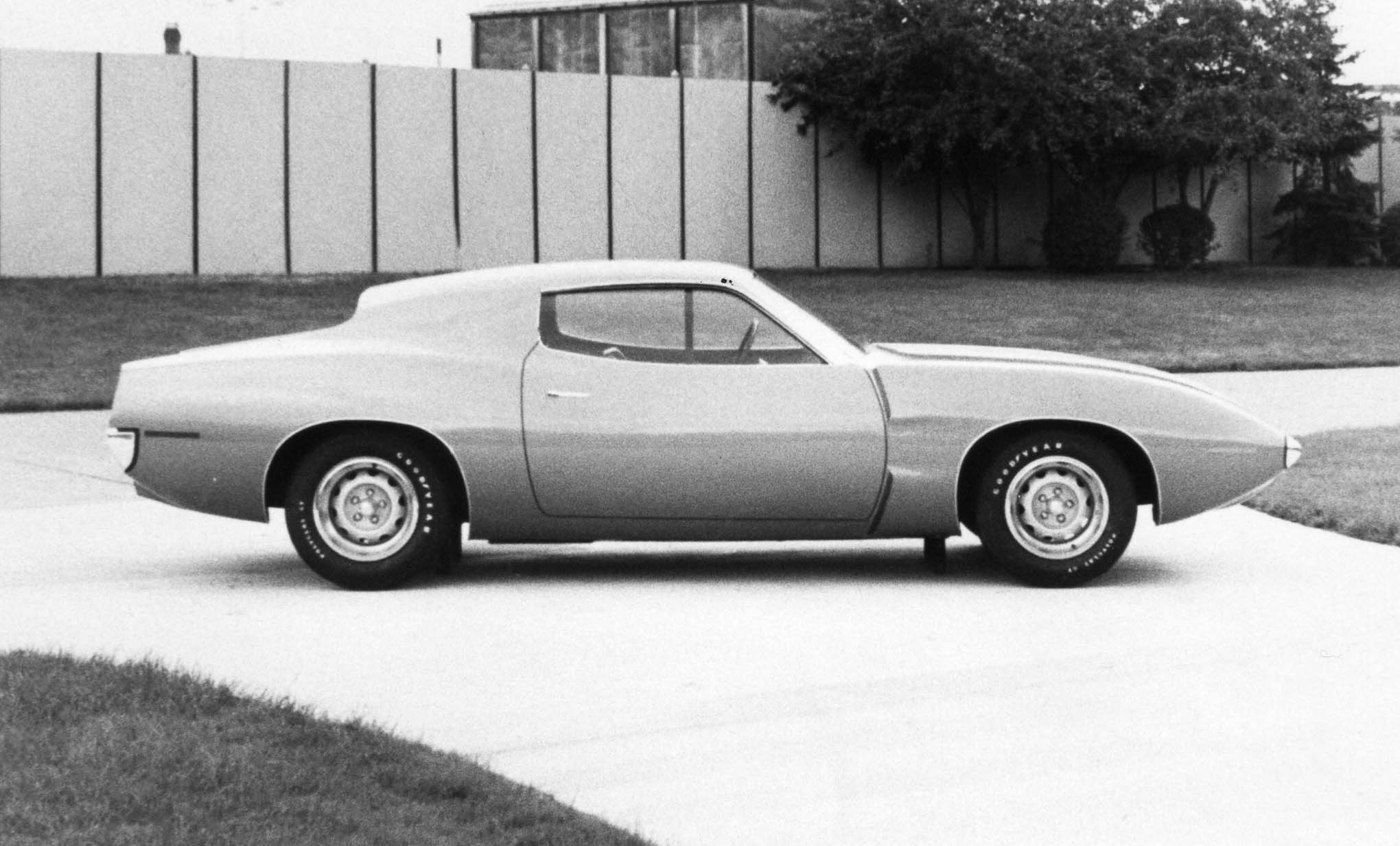 "Side view of the ""Cincinnati car"" shows the compromise rear roofline that included the tunnel back and recessed backlight. The combination formal/fastback roofline looks out of place compared to the rest of the bodyline. To attain the roofline as shown, designers planned to recline the rear seat passengers. Smaller front fender air extractors were approved."