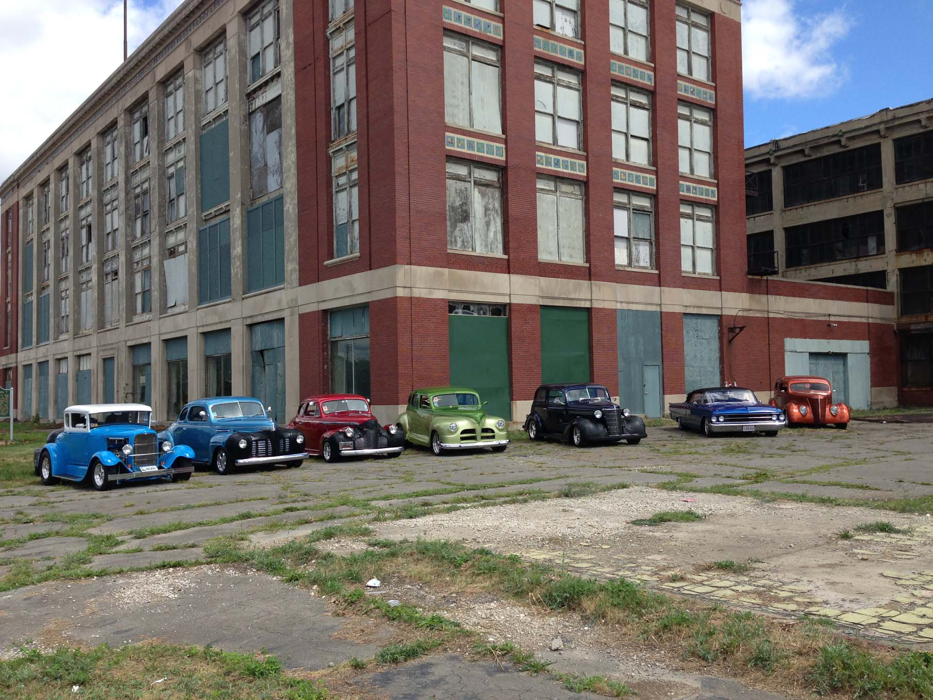 After the successful introduction of the Model T Ford, the assembly of the vehicle was moved to the Highland Park on Woodward Avenue in 1913. This was the first plant of any type to use mass production techniques. In 1925 9,000 Model T vehicles rolled off the assembly line here in one day.