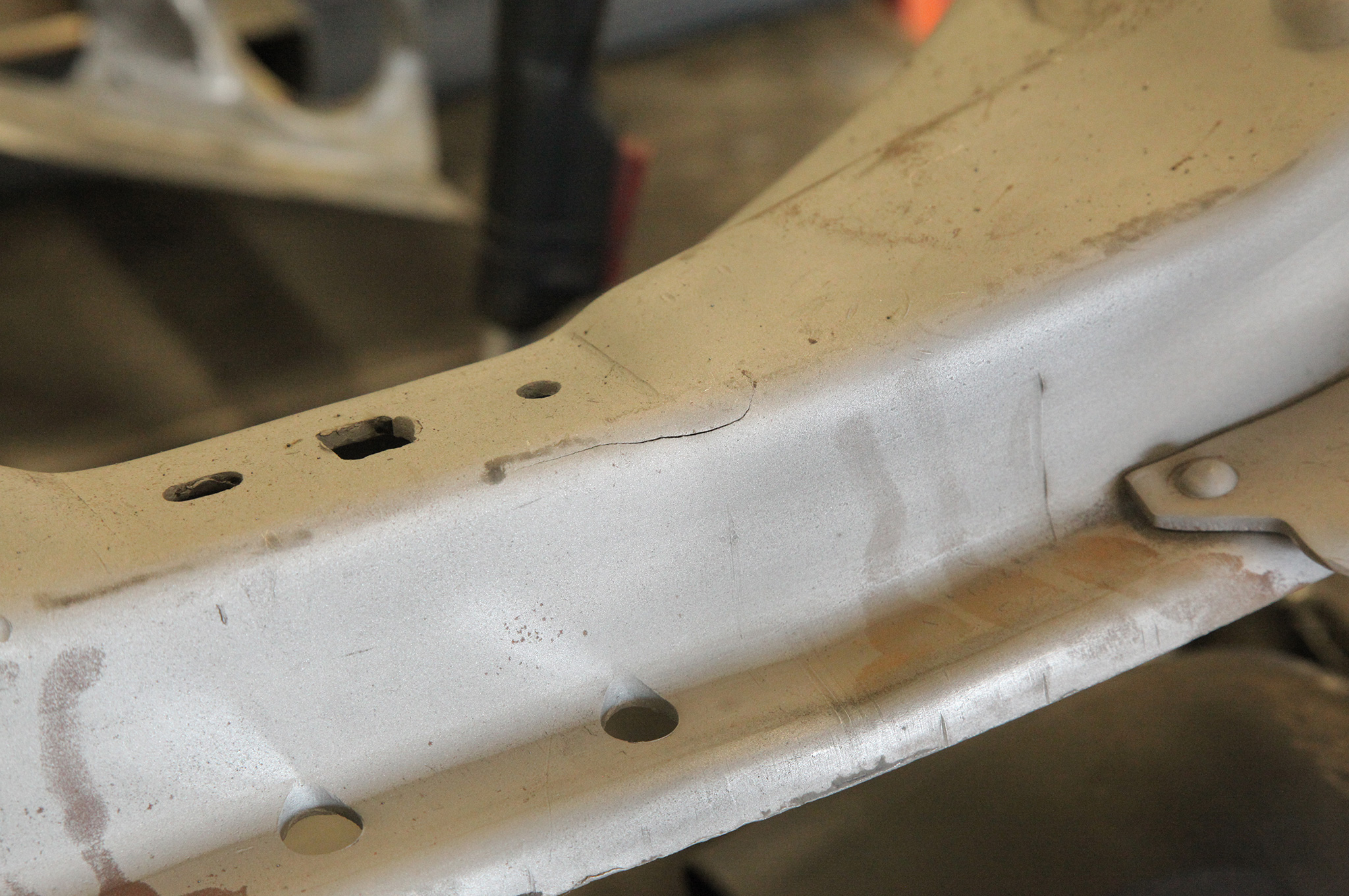 After blasting, a small crack was found in the front crossmember, which will be fixed with a TIG weld during the build process.