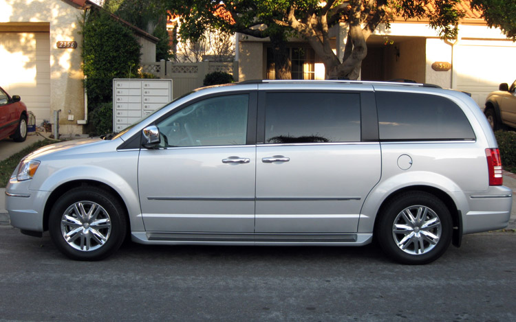 2009 chrysler town and country limited first drive for Town country motors