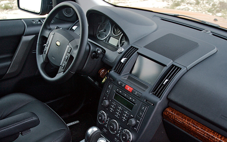 http://enthusiastnetwork.s3.amazonaws.com/uploads/sites/5/2007/03/112_0703_06z-2008_land_rover_lr2-interior.jpg