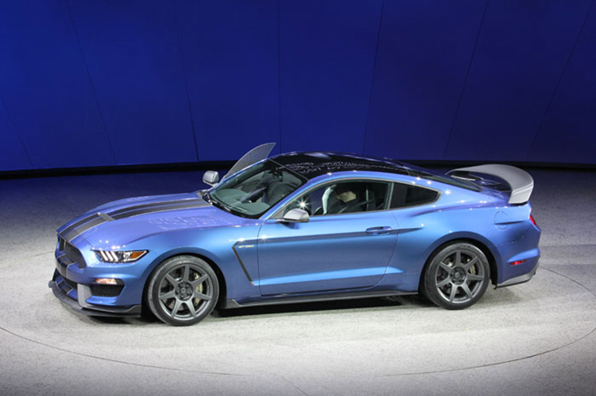gt350 ford shelby mustang vs gt500 blue hot move