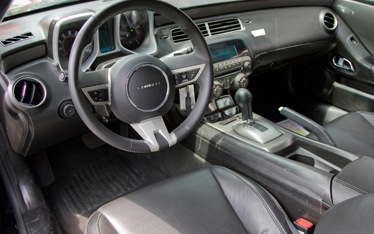 first drive 2010 chevrolet camaro v6 motor trend rh motortrend com Girls Prefer Manual or Automatic Manual Transmissions Are Better