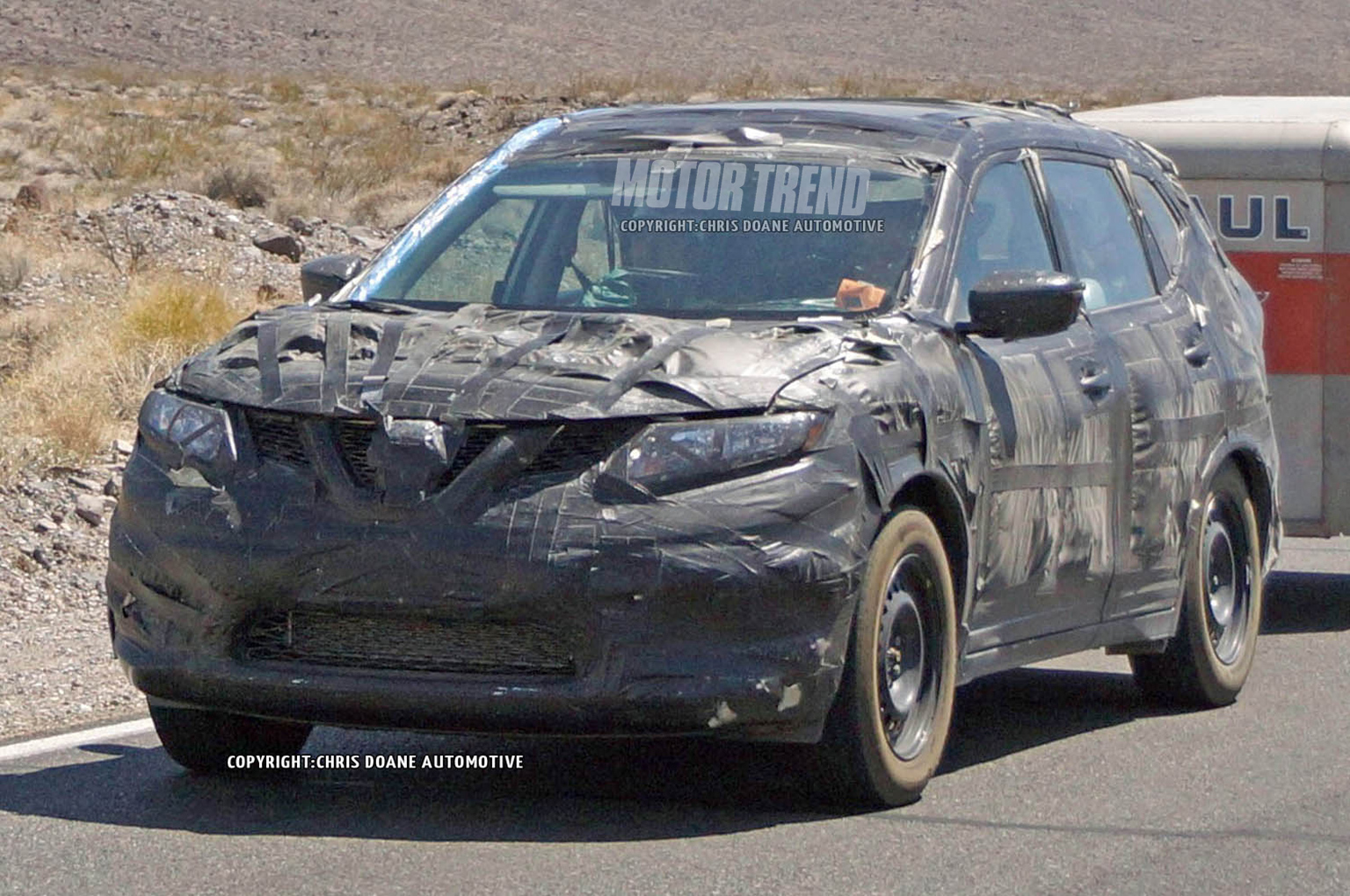 camouflaged 2014 nissan rogue prototype caught towing a trailer rh motortrend com 2001 Nissan Flatbed Tow Truck Nissan Transporter