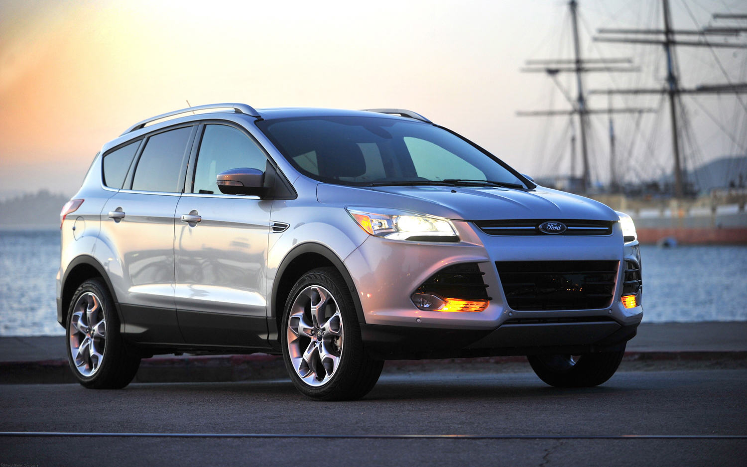 2013 Ford Escape front right view