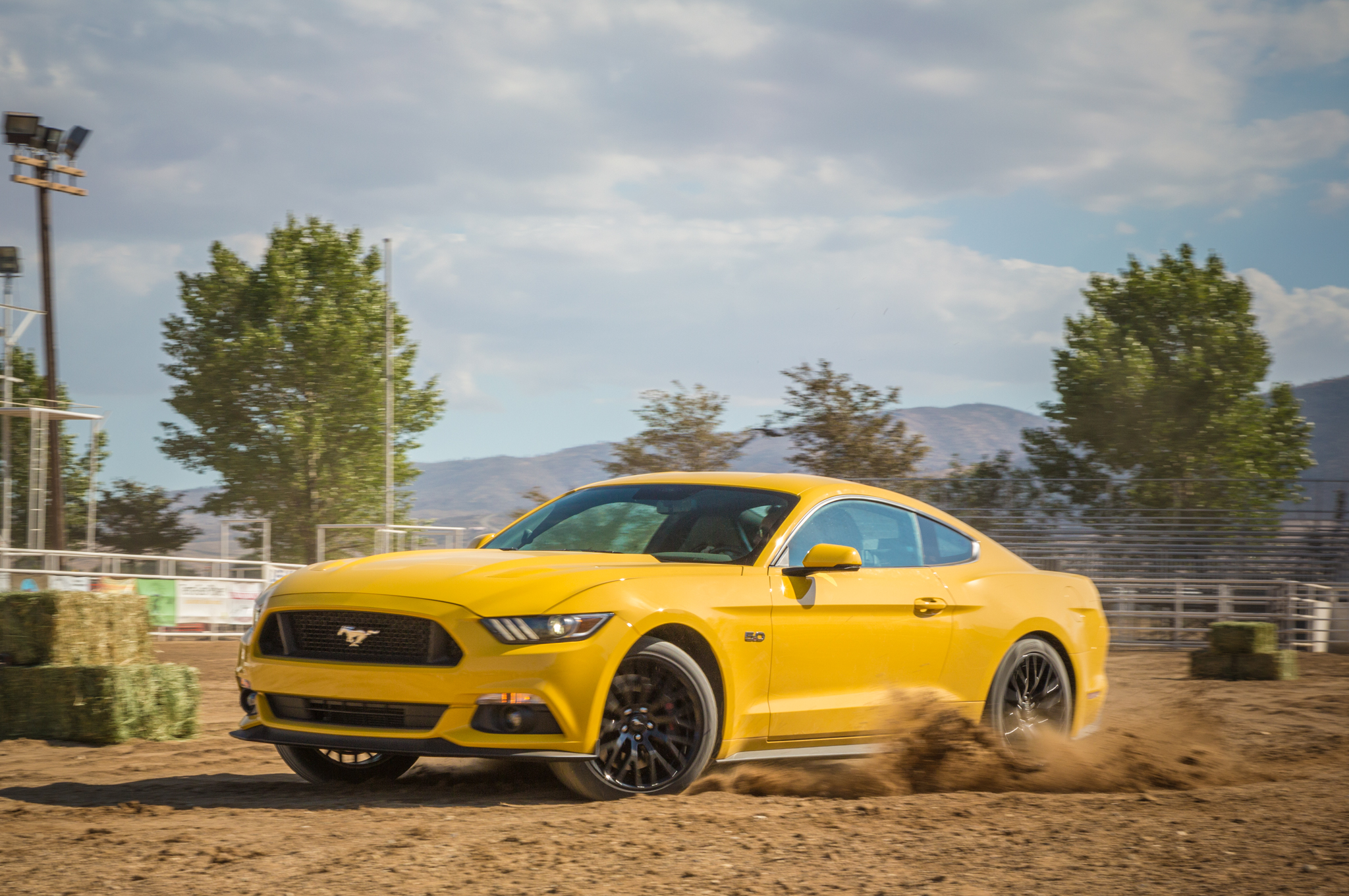 2015 Mustang Gt 0 60 >> Comparison Camaro Ss 1le Vs Challenger R T Scat Pack Vs Mustang