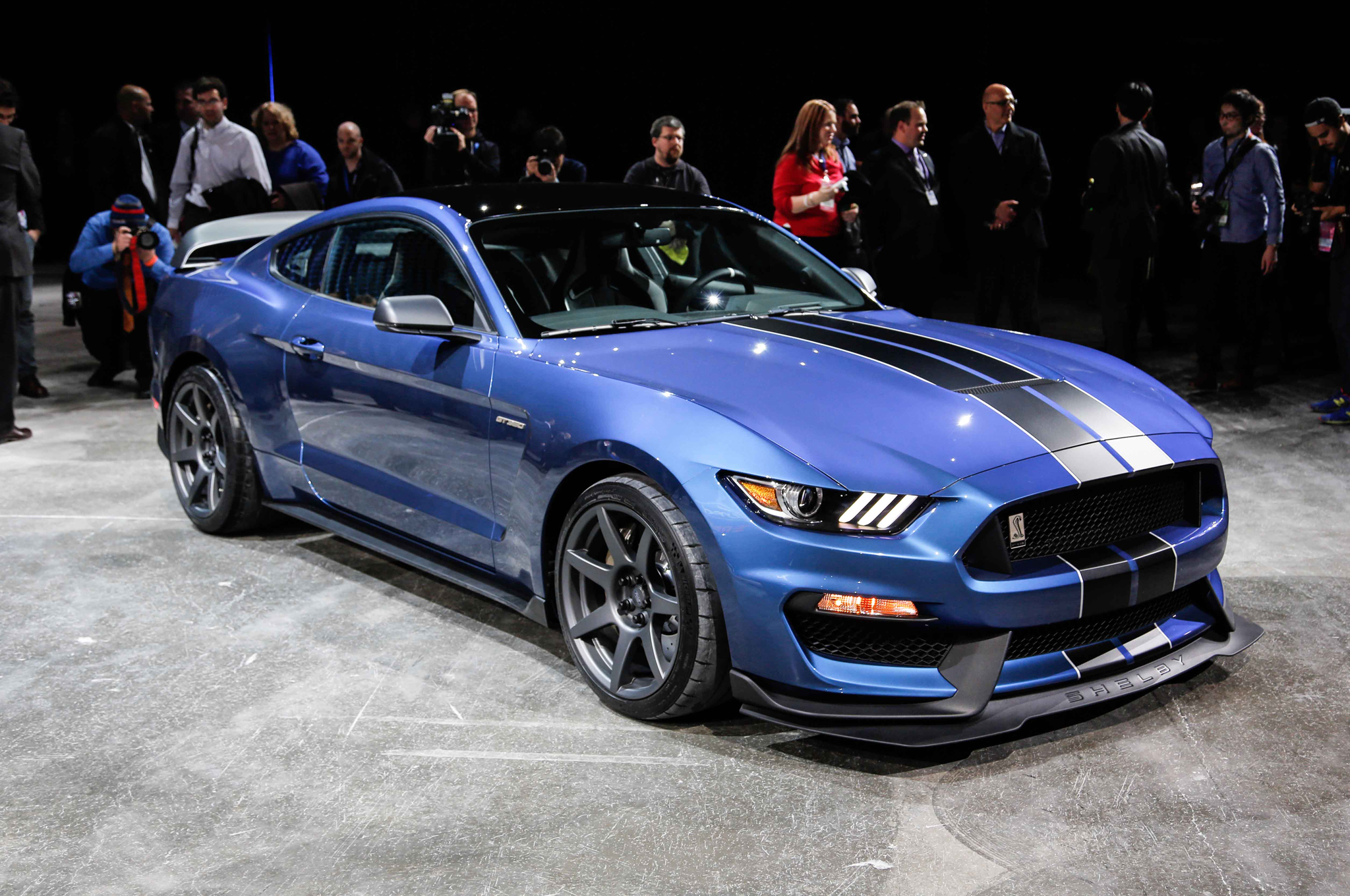 Ford shelby gt350r mustang blasts detroit with 500 plus hp carbon fiber wheels