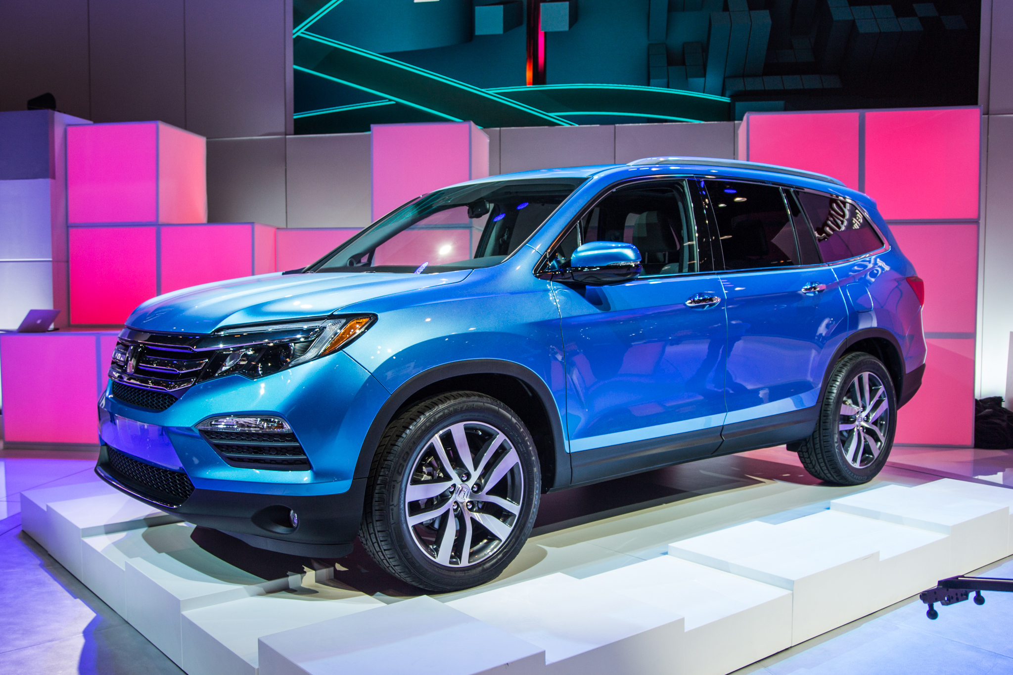 Best Midsize Suv Towing >> Refreshing Or Revolting 2016 Honda Pilot Motortrend